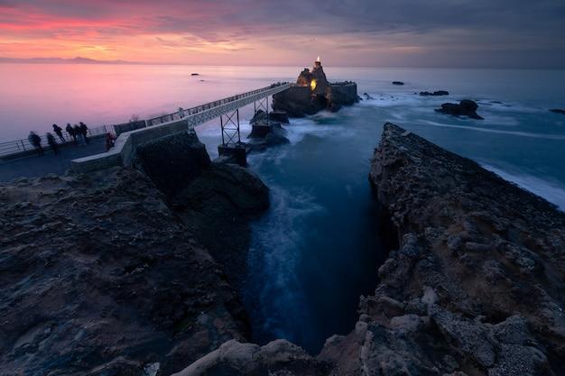 バスク国のビアリッツの海岸からの夕日。