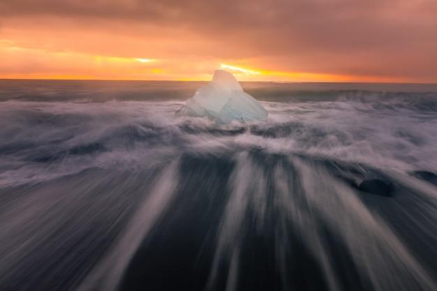 南アイスランドのヴァトナヨークトル氷河のヨークルサルロンラグーン氷河に隣接するダイヤモンドアイスビーチ。