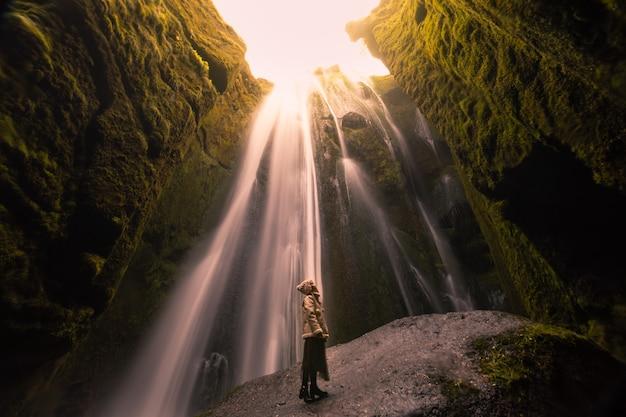 南アイスランドの峡谷の真ん中にあるグリフラビ滝。