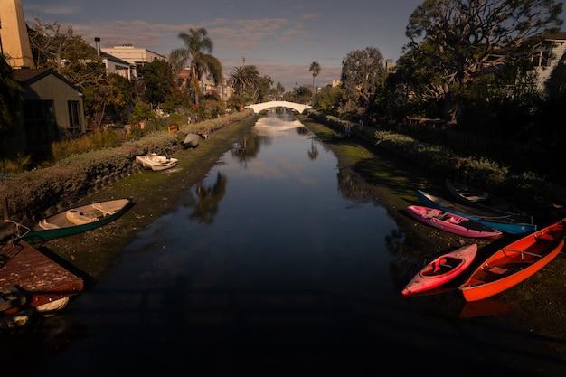 アメリカ合衆国、カリフォルニア州ロサンゼルスのベニスビーチからの運河からの眺め。