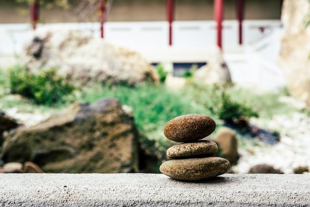 静かな寺院の背景に石をバランスさせる