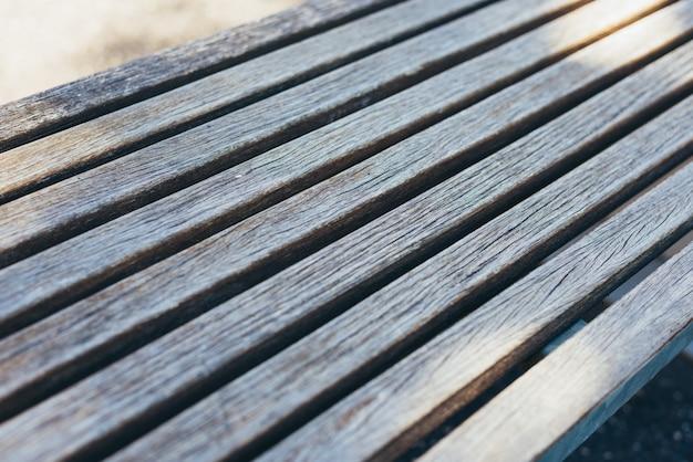 屋外の木製の椅子の表面