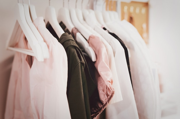 ハンガーに女性の布が一列に並んでいます。