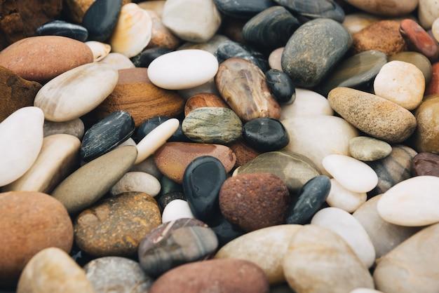 川の杭の背景、美しい丸い石。