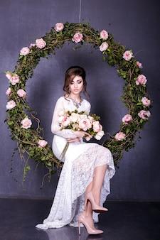 Портрет красавицы невесты в свадебном платье с пышной юбкой, фото студии