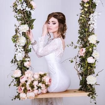 ボリュームのあるスカート、スタジオ写真のウェディングドレスを着ている花嫁の美しさの肖像画