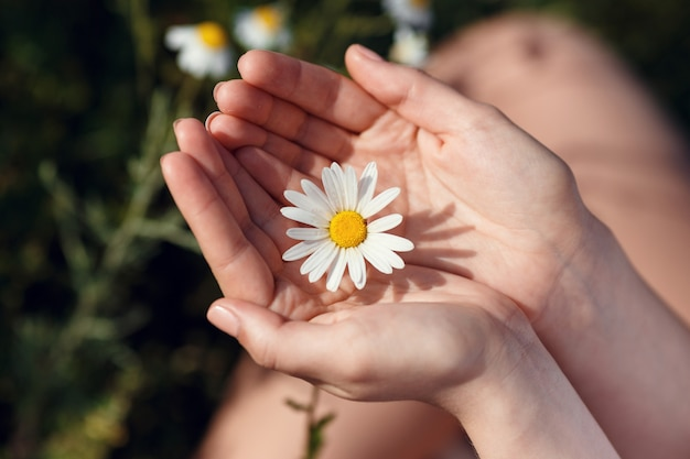 フィールド、屋外をリラックス、楽しんで、植物、幸せな若い女性と春の緑の自然、調和の概念を保持している黒髪のかわいい女の子を楽しむ美しい女性