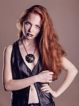 美しい少女のファッションアートの肖像画。流行スタイルの女性。髪型