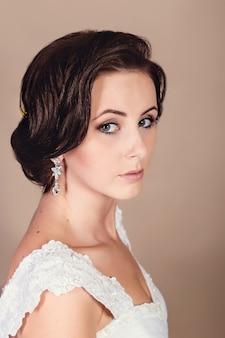 彼女の結婚式の日にポーズ美しい花嫁