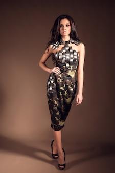 ファッション軍事服で茶色の髪の美しい女性