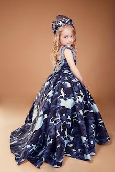 ファッション軍事服でブロンドの髪を持つ美しい小さな女の子