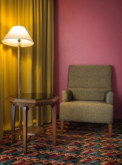 夜の寝室のテーブルとソファーとランプ