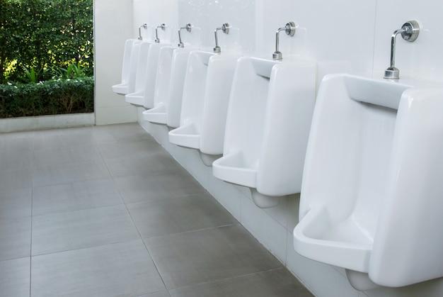 公衆トイレの小便器男性