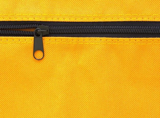 黄色の袋の背景にジッパー