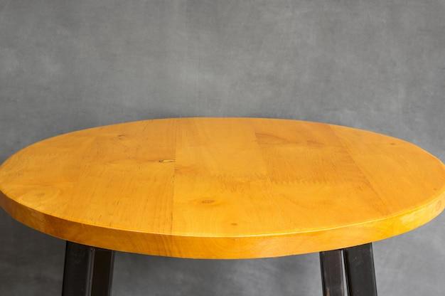 灰色のコンクリートの壁に木製テーブルトップの空