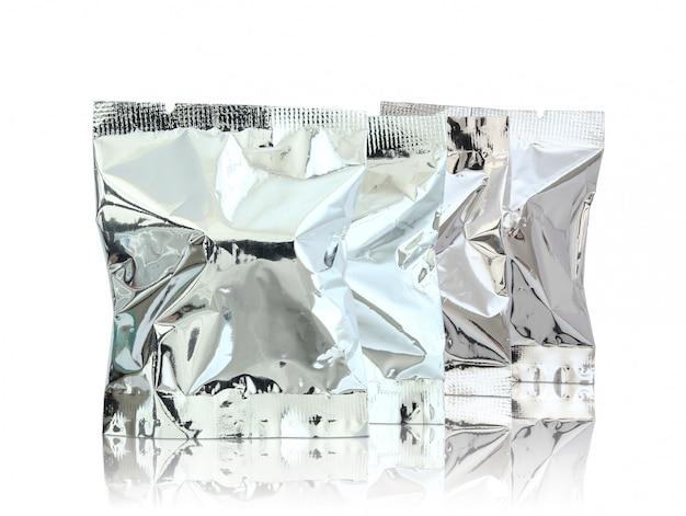 箔パッケージは床と白い背景を反映します。