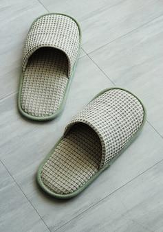 Тапочки на полу плитки