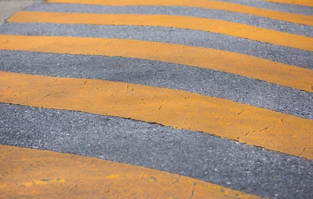 道路上の交通安全速度のバンプ