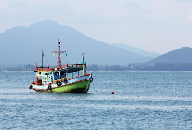 海の釣りの船