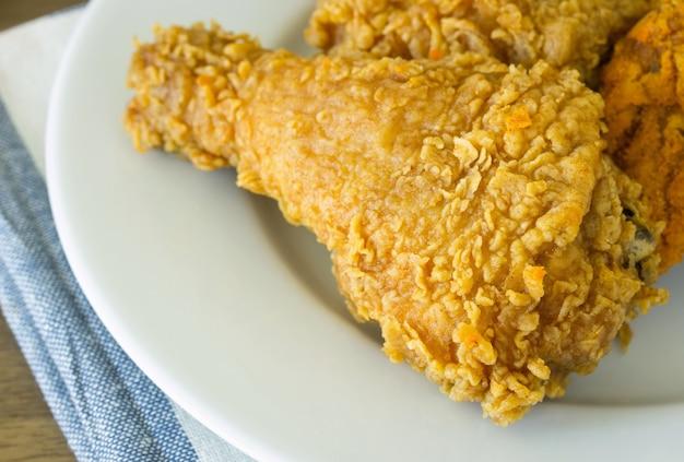 Жареный цыпленок на белой тарелке