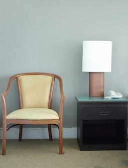 ベッドルームの椅子とテーブルランプ