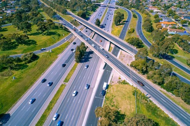 インターチェンジ近くの高速道路を走行する車