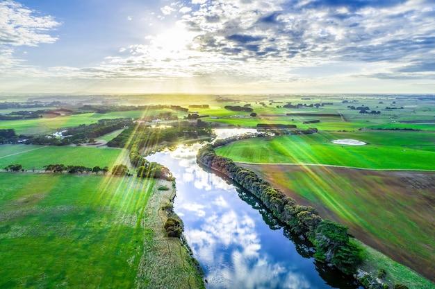 オーストラリアの風光明媚な川に沈む夕日と太陽フレア