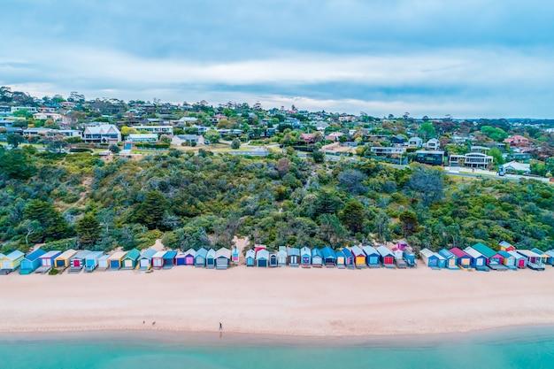 オーストラリア、ビクトリア州モーニングトンのミルズビーチにカラフルなビーチ小屋の航空写真