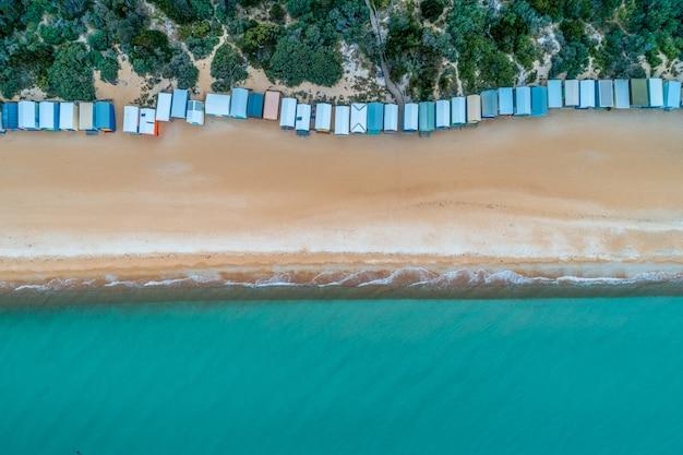入浴ボックス、砂浜、ターコイズブルーの海の水。空中のトップビュー