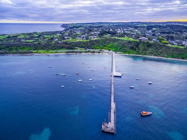 フリンダースの海岸線と係留船と桟橋の空撮。オーストラリア、メルボルン。