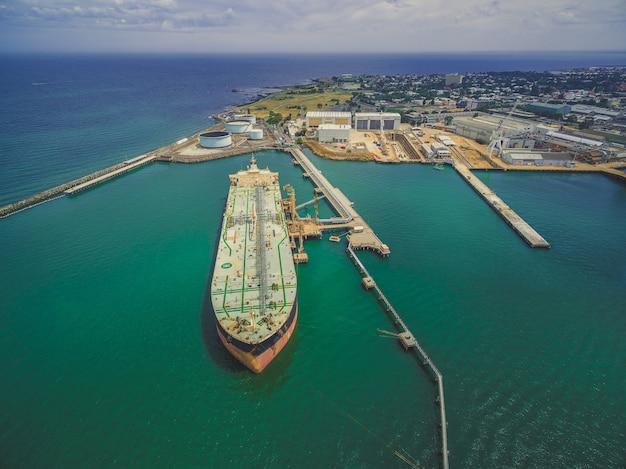 産業港に係留された石油タンカーの空中風景