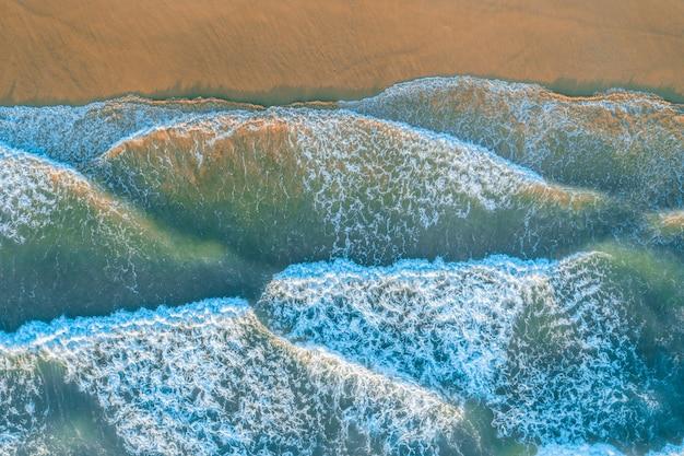 海の波を見下ろす