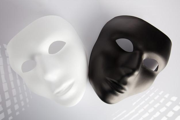 黒と白のマスク