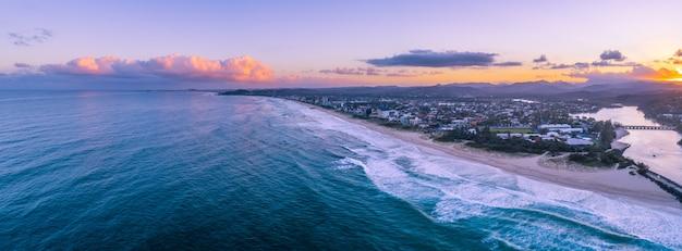 ゴールドコーストの海岸線に沈む夕陽。オーストラリア、クイーンズランド州ゴールドコースト