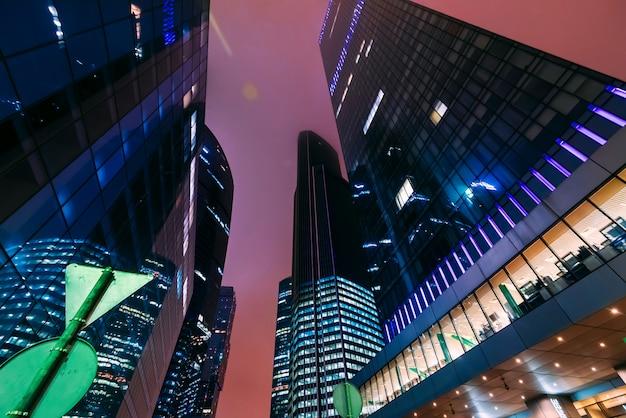 暗い夜のモスクワ国際ビジネスセンターモスクワ市。底面図