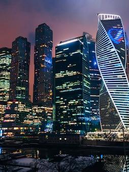 暗い夜に未来のモスクワ国際ビジネスセンター。モスクワ市