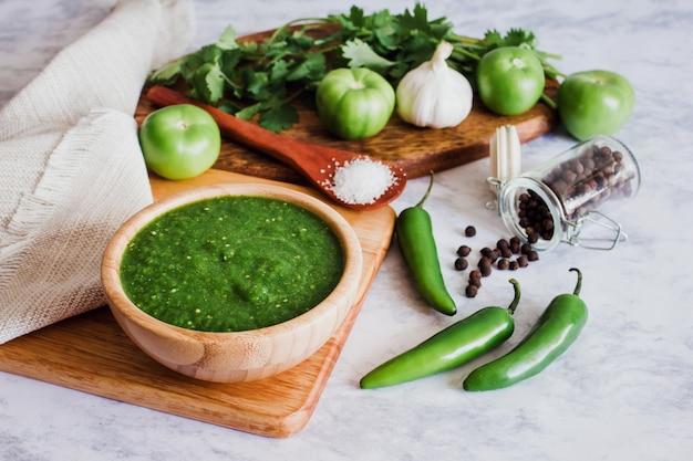 メキシコのグリーンソースホットチリ、スパイシーな料理とメキシコの食材