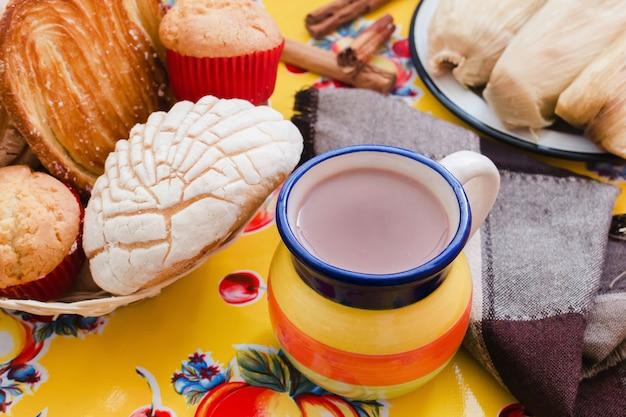 アトールデチョコレート、メキシコの伝統的な飲み物とパン