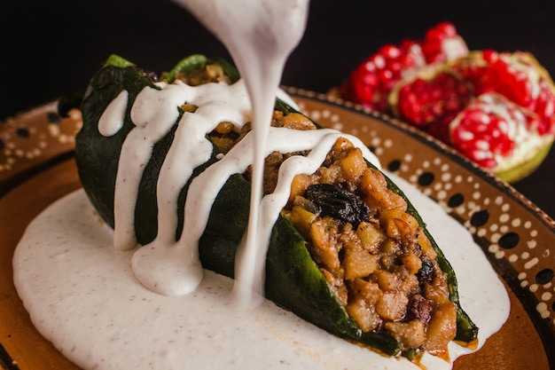 プエブラメキシコのチリアンノガダの伝統的なメキシコ料理