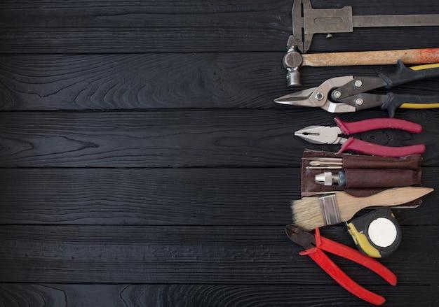 Закрыть инструменты на деревянном фоне