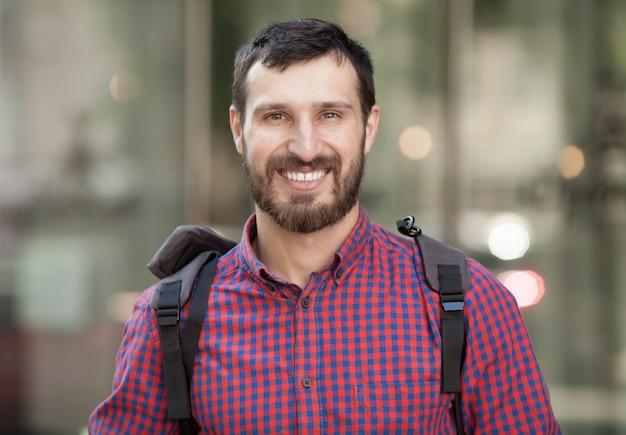 Крупным планом портрет привлекательный мужчина с бородой смеется