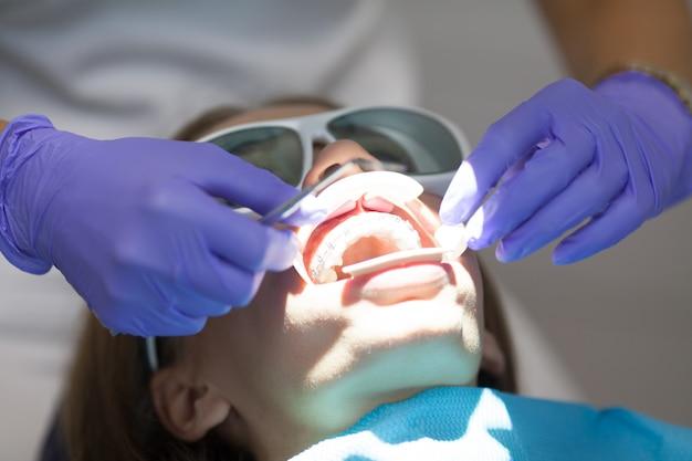 Стоматологический лазер применяется на пациентах на мягких и твердых тканях. здоровье зубов, современные технологии и концепция гигиены полости рта.