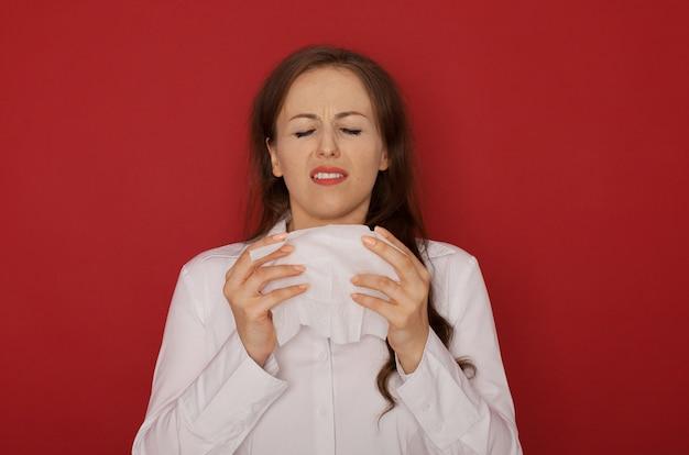 赤で分離された鼻水を持つ少女