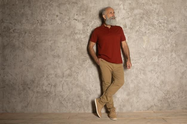 Идеальная борода. крупный план старшего бородатого мужчины, стоящего на сером фоне
