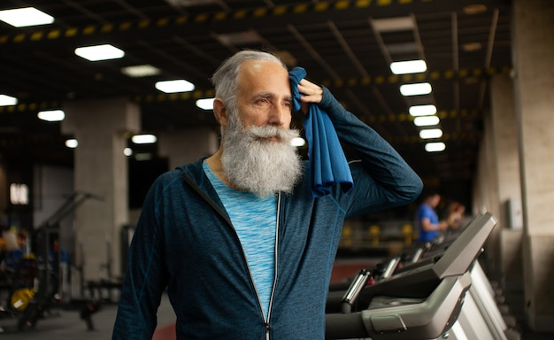 ワークアウト後休んで年配の男性に合います。