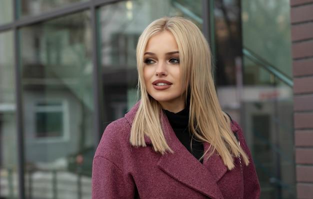 Молодая стильная красивая женщина, прогулки по улице, носить пальто, модный наряд, осенняя тенденция.