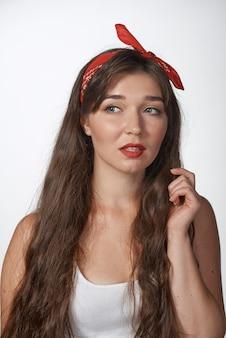 Прикалывать стиль портретов на сплошном фоне. смешная девчонка позирует в стиле ретро фото