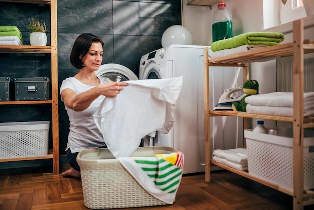 女性は彼女の洗濯物をチェック
