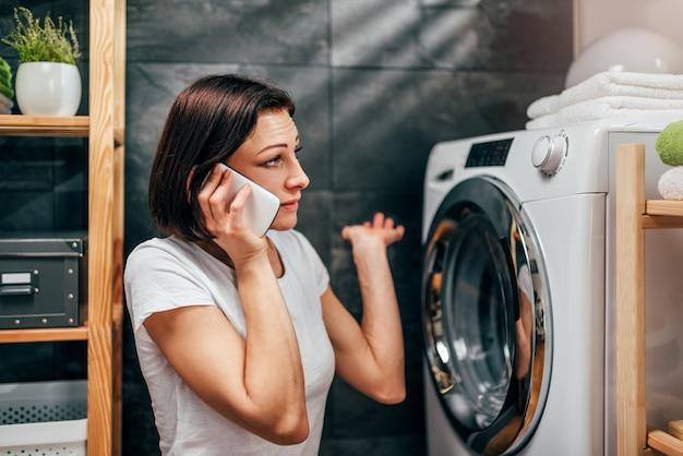 Женщина зовет на ремонт бытовой техники