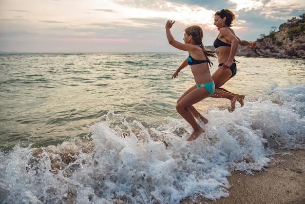 母と娘のビーチで